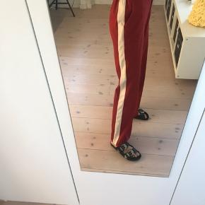 Fede bukser fra VILA ved hvid detalje ned af begge bukseben. Virkelig rare at have på! Str 34, men kan passes af s-m. Næsten ikke brugt.  Pris: 200 kr  BYD GERNE  Tjek også mine andre varer☺️💐🌞