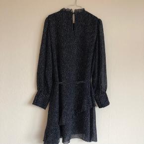 Super fin kjole fra Vero Moda, størrelse XL. Brugt få gange og fremstår derfor som ny