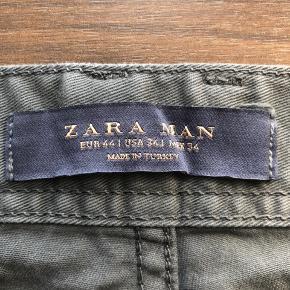 Tilbud - Gælder alle mine annoncer:  3 for 2, 6 for 4 eller 8 for 5.💥  Flotte grå bukser fra Zara, str. 44 (herre) De er ca. 108 cm. lange. De er brugt minimalt og der er ingen tegn på slid, heller ikke på lårene.   Pris: 50 kr.   Jeg kører tilbud ved køb af flere ting: 3 for 2, 6 for 4 og 8 for 5. Så kig forbi min shop. 😊  De kan hentes ved min adresse på Amager, og ellers sender jeg også gerne ned DAO gennem appen her😊