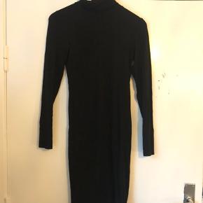 Sort højhalset tætsiddende knælang kjole
