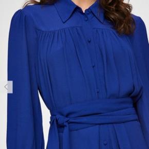 Beskrivelse Super flot kjole fra Selected. Kun brugt en gang til bryllup og sælges nu da jeg har indset, at jeg ikke får den brugt.   De to første billeder er lånt. Byd.