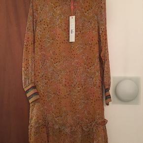 Kjole fra Sofie Schnoor i flot print. Aldrig brugt Kjolen er XS, men kan sagtens passes af en S og M.