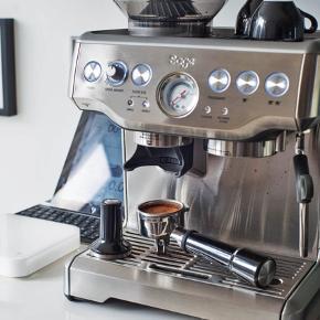 Super vedligeholdt espresso maskine, som virker perfekt til både den travle hverdag og de langsomme morgener. Sælges da vi ikke får brugt den nok. I super god stand.