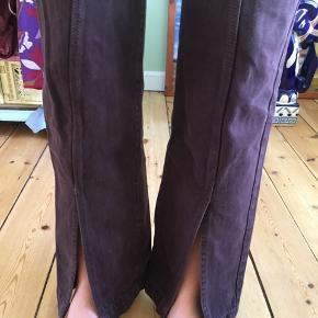 Flotte jeans fra Weekday, størrelse 36. De har syning ned midt på benet og slids ved fronten, sidder flot på! Kom med et bud :)