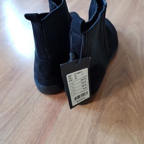 Sort ruskind støvle - aldrig brugt med prismærke