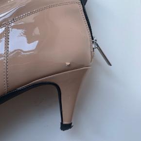 NY PRIS! 🔻🔺  Nude lakstøvletter med lav hæl og lynlås bagpå. Spids snude. Brugt få gange og har ét lille hak i lakken (se foto). Almindelig str. 39.