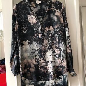 Bluse er i 90% silke 10% elastine , brugt en gang fremstå som ny  Ny pris 1400kr