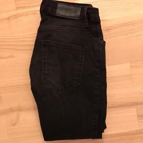 2nd Day 2nd Lindsay skinny stramme jeans sorte str. 25. Mærket er revet lidt op indeni. Næsten ikke brugt.  Jeg har også mange andre jeans fra Day i nogenlunde samme størrelse til salg :)  Se også mine mange andre annoncer med lækre mærkevarer, vintage og andre fine ting til gode priser. Der er ekstra gode priser, hvis du køber flere af mine varer :)  Varen er i Blovstrød på Nordsjælland.