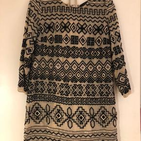 Flot kjole fra Needle & Thread med perler og palietter. Kjolen er brugt få gange og kommer med en nude farve slip til indenunder.  Ingen synlige fejl  Str UK 12 / EU 40