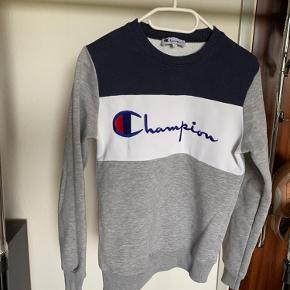 Champion sweatshirt, mega dejlig at have på. Ret lille i str. så fitter en small vil jeg mene