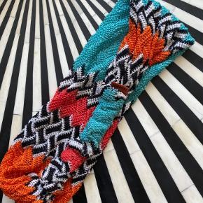 Smukkeste strikkede hårbånd fra Missoni i bl.a. rød, turkis og orange. Købt i St Tropez og brugt meget få gange. Jeg synes det er lidt løst, men sidder udemærket på hovedet.