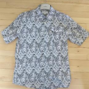 Varetype: Kortærmet Farve: Hvid  skøn sommer skjorte fra soulland, standen er rigtig fin, lavet i ren bomuld