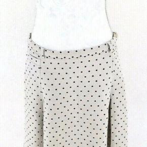 Flot max mara weekend nederdel, str. 42. Med bæltehuller. Flot og klassisk. Lys sand/ beige med sorte prikker. Flot stand   Længde. 57 cm  Taljevidde. 80 cm.
