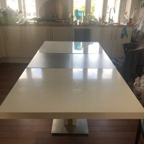 God stand. Hvis bordet ikke er slået ud er den 150 cm lang. Er usamlet i min kælder. BYD gerne!