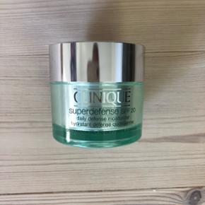 Clinique - Superdefense SPF 20Dag creme til kombineret/fedtet hud  Fejlkøb - er prøvet 2 gange. Sælges billigt :-) Afhentes i Odense SØ eller kan sendes på købers regning.