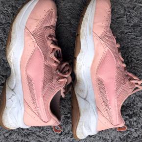 Sneakers, som har været brugt, og der er et lille hul inderst ved hælen på den højre sko. Ellers er skoene i fin stand, skal dog lige tørres over med en klud, men udover almindelige brugsspor, er stadig en god sko. De har SoftFoam sål, så de er utrolige behagelige at gå i.  Jeg mener, det er ægte læder udvendigt på skoen. De har fået imprægnering.  Farven er en slags fersken - rosa.   #trendsalesfund  153,- + fragt kr. 37,- med Dao.  Bytter ikke.  MÆNGDERABAT 💛🍁🧡