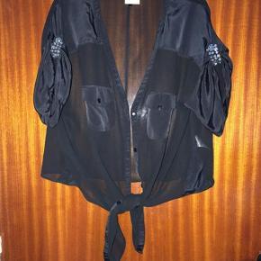 Karen by Simonsen lækker sort bindeskjorte str 38.  Lækker overdel til top.