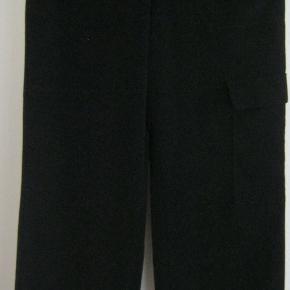 Et par sorte bukser i 100% Micro-Polyester fra Kathleen Madden. Bukserne har høj talje, vide ben, lommer foran og en lomme på buksebenet + bæltestropper Str.: L - livvidde 86 cm, indvendig benlængde 86 cm Pris: 125 kr. PP