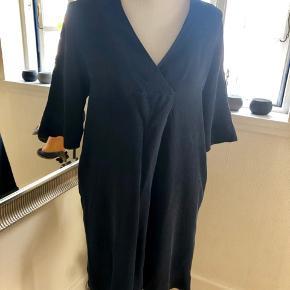 Ny mørkeblå, blød og lækker kort kjole med lommer i siden fra COS str L 200kr