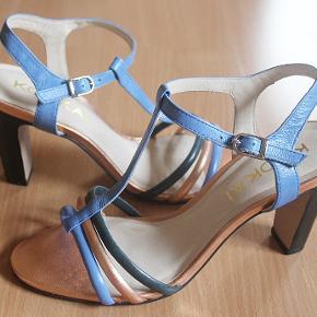 Flotte sandaler i ægte læder fra KOOKAÏ, str. 39. Indvendig længde 25,5 cm, hælhøjde 10 cm. Np 850 kr., sælges for 350 kr. plus porto