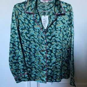 Aldrig brugt overdel:   GIRLS NIGHT IN - Camo Py Shirt - Dark Ivy sælges. 🌿🧚🏻  Den er aldrig blevet brugt eller prøvet på, da jeg fik den i gave, og således havde tænkt mig at bytte den.   Da jeg også går efter et meget oversized look når det kommer til homewear, er størrelsen heller ikke lige mig...   Mange bruger dog disse overdele som toppe i hverdagene, så de kan styles på alle måder.   Den er købt i magasin til 299kr, tag sidder stadig i.  🔆   OBS:‼️ sælger lige nu - billigt - ud af en masse forskelligt mærketøj, tjek det ud! 🔆 🍒