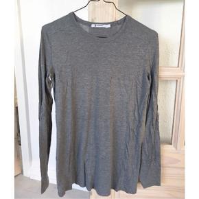 Alexander Wang bluse i grå den har lidt fnuller  størrelse: S   pris: 170 kr   fragt: 37   Den bliver dampet inden afsendelse