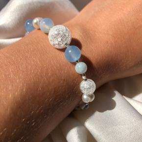 Armbånd i 925 sterlingsølv med opal, bjergkrystal, himmelblå kvarts, aquamarine og ferskvandsperler. Armbåndet kan justeres fra 17-20 cm.  Kan laves i ønskede længde ved bestilling.   Se mere på vores Instagram unika_jewellery ✨