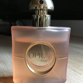 """Brand: Opium - Yves Saint Laurent Varetype: Eau de toilette Størrelse: 30ml Farve: - Prisen angivet er inklusiv forsendelse.  Super lækker Eau de Toilette """"Opium"""" fra Yves Saint Laurent sælges! Eau de Toiletten indeholder oprindelig 30 ml.  Billedet viser hvor meget der er tilbage!"""