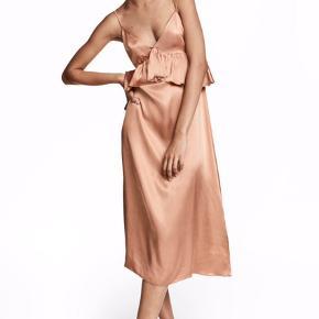 Sælger denne flotte og populære satin agtige kjole fra H&M. Kjolen er brugt én enkel gang på ferie, og fejler dermed intet. Nypris var 399  Tags: Zara, Ganni, Malene Birger, Mango