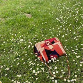 Jeg sælger min fine Fendi Mamma taske i patchwork af farvet ponyhår.  Tasken er i flot stand med få brugstegn, som vist på billederne. Dustbag fra Vestiaire Collective medfølger ♥️