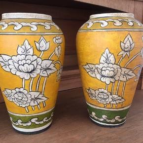 Keramikkrukker  Højde 30 cm og bredde 19 cm. Selve hullet er 10 cm i dia.