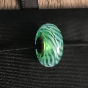 Trolde glaskugle, grøn/hvid. Der kan forekomme små hakker og ridser i, da den er brugt få gange. Se foto