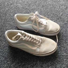 Vans i lyseblå. Brugt få gange, har dog en kaffeplet på den ene sko, men det kan skrubbes af :-)