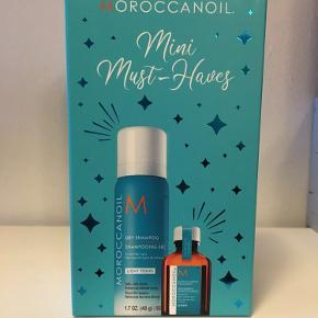 MOROCCANOIL Mini Must-Haves Light er en sampak med to helt uundværlige produkter til et LYST HÅR.  HELT NYT!  Pakken indeholder en hårolie og tørshampoo i rejsestørrelse, som passer perfekt ned i tasken når man er på farten.  Med disse 2 produkter får man et hår, som altid ser friskt ud uden tørre og knasende spidser.  Sættet indeholder: 1 stk. MOROCCANOIL® Light Treatment 15 ml. 1 stk. MOROCCANOIL® Dry Shampoo Light 62 ml.  90 kr.