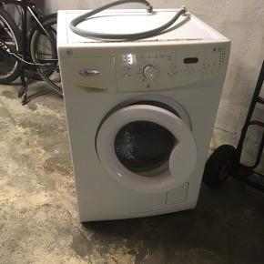Kan afhentes Vaskemaskine Whirlpool AWO/D 7715. Vasker fint, men stopper af og til midt i vask og skal startes forfra, display melder fejl F7.Har Ikke forsøgt fejlsøgning da maskine nok nærmer sig 10 år. Kan afhentes gratis, hvis interesse.