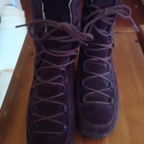 Brun ruskindsstøvle med snøre fra Timberland.