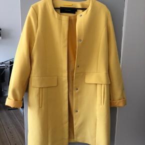 Super smuk blazerjakke i den flotteste gule farve. Haft den på en enkelt gang meget kort. Helt som ny.