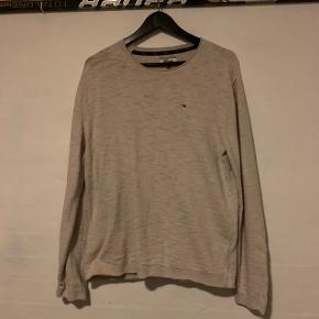 Sælger denne grå sweater fra Tomme Hilfiger  Den er næsten ikke brugt og fejler intet  Str. L Np: 500 kr Prisforslag: 150kr  Kom gerne med et bud eller spørg for mere information eller flere billeder😊  Trøjen kan sendes forsikret med DAO for 36 kr🛍