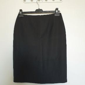 Flot klassisk Sand nederdel i sort uædblanding med lynlås og slids bagpå. Fremstår ubrugt og uden fejl/skader. Kan desværre ikke selv passe den.