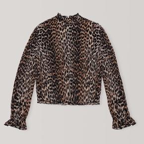 Fint leopard bluse fra GANNI med lynlås i ryggen og ærmer med let balloneffekt.   Str. 40, passet en M-L.  Måler 38 cm over skulderen (ikke inkl. ærme)   Brugt en enkelt gang, stand er næsten som ny.   Handles gennem trendsales og sendes via dao på købers regning.