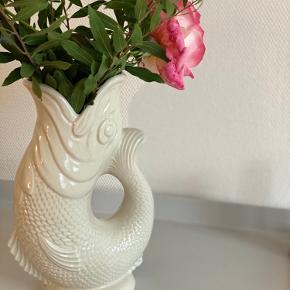 Smukkeste fisk, brug den som vase eller kande (den glukker når du hælder fra den)🌿   Farve: lysegrå🤍  Sender gerne 📦