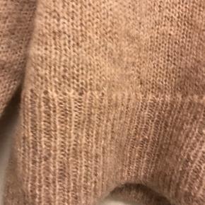 Lækker strik brugt et par gange. Består af uld og alpaca.  Køber betaler Porto.
