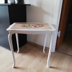 Sødt bord med kakler. Højde 52 cm, længde 54 cm og 38 cm bredt