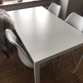 Spisebord fra IKEA. Stolene er IKKE til salg  Afhentes hurtigst muligt i Aarhus N - I skal være 2 personer da det vejer lidt og skal ned fra 2. sal  Højde 74 Bredde og længe 75 x 126   Afhentes hurtigst muligt i Aarhus N. Hurtig handel prioriteres :-)