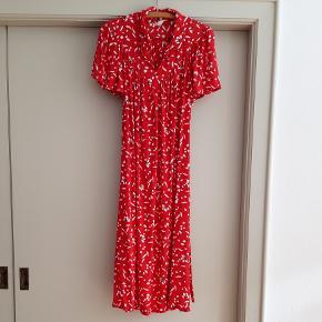 Vintagekjole fra 1960'erne med tyndt matchende bindebånd i taljen. Str 44