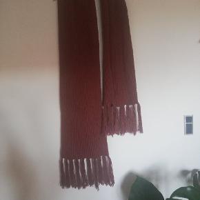 Langt, brunt halstørklæde.