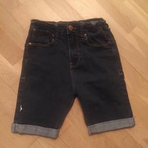 Varetype: Shorts Størrelse: S Farve: Blå  Livvidde 64 cm, elastik i livet