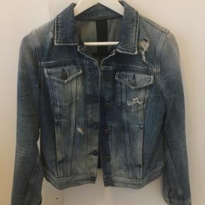 Washed denim jakke med huller i. Jakken fitter xs-s, uden tegn på slid. Den blå Calvin Klein denimjakke kostede omkring 1.200 for ny pris. Den er brugt omkring 10 gange