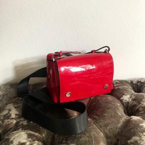 Taske fra Calvin Klein med sort bred rem. Den er blevet brugt få gange og er så god som ny, med undtagelse af et lille mærke på indersiden (se sidste billede). Den sælges derfor billigt 🌸