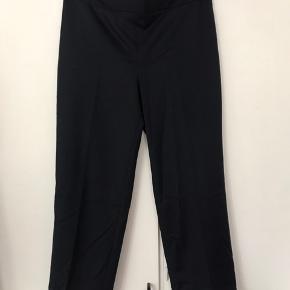 Fine mørkeblå bukser med lynlås i siden.